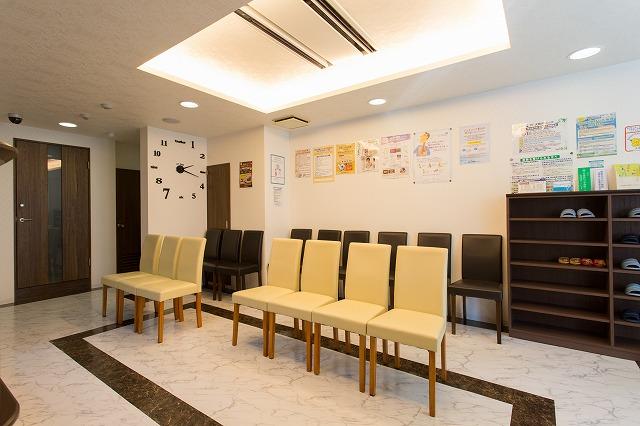 待合室:落ち着いた雰囲気の中、リラックスしてお待ちください。