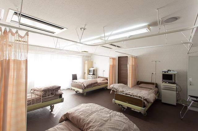回復室:検査の前後などに利用していただきます。ベッドはゆったりとした配置にしています。
